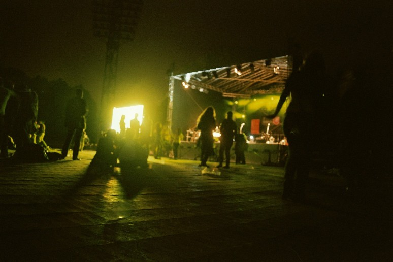 film, 35mm, fujicolour superia 200, iso 200, grain, canon, analog, photography, notes, summer, reggae in riga, reggae festival, sun, latvia, night, evening, lights, stage, people, concert, music,