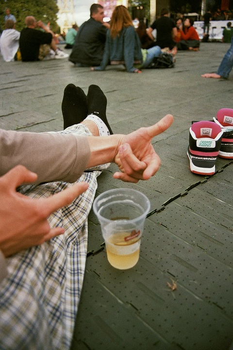 film, 35mm, fujicolour superia 200, iso 200, grain, canon, analog, photography, notes, summer, reggae in riga, reggae festival, sun, latvia, sneakers, beer, hands, expression, cool, sitting